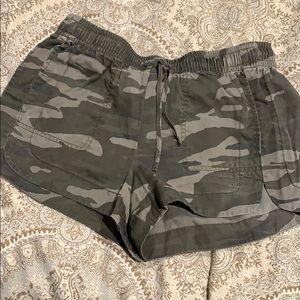 Express camo shorts - S